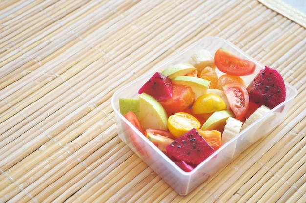 Niektóre owoce tropikalne na lunchu
