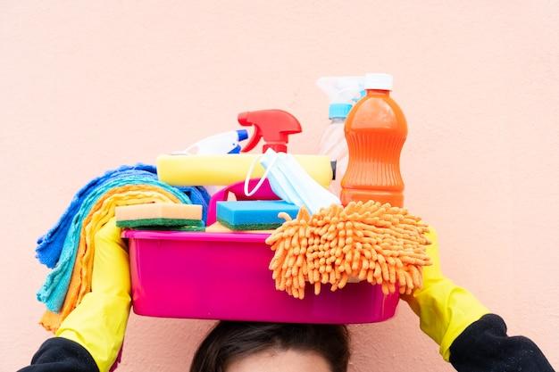 Niektóre umywalki ze środkami czyszczącymi na głowie, koncepcja wiosennego czyszczenia