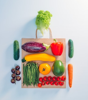 Niektóre warzywa dostarczane do domu w papierowej torbie