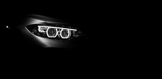 Niemarkowy samochód ogólny czarny sport na białym tle na ciemnym tle
