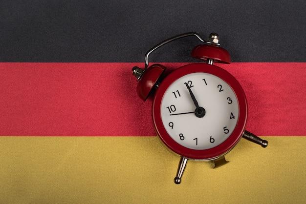 Niemcy flaga i rocznika budzika zakończenie up