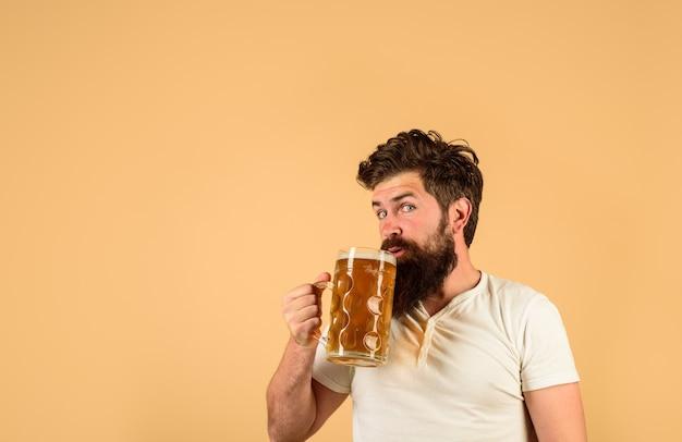 Niemcy tradycje obchody festiwalu oktoberfest koncepcja browaru brodaty mężczyzna pijący piwo pub