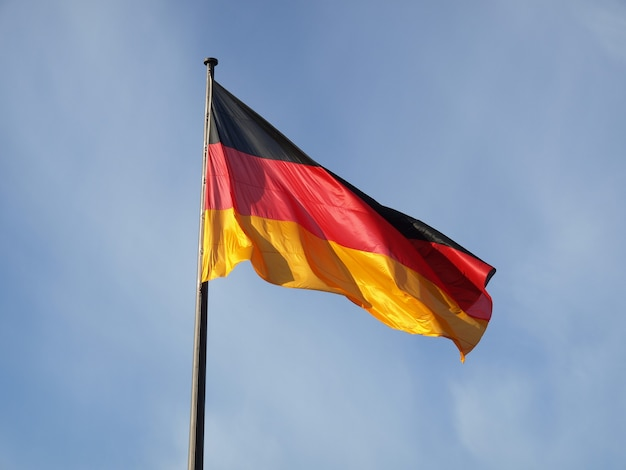 Niemiecka flaga nad błękitnym niebem