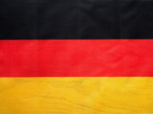 Niemiecka flaga. piękna kartka z pozdrowieniami. ścieśniać
