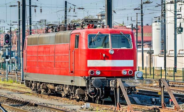 Niemiecka lokomotywa na dworcu centralnym w strasburgu - francja, bas-rhin