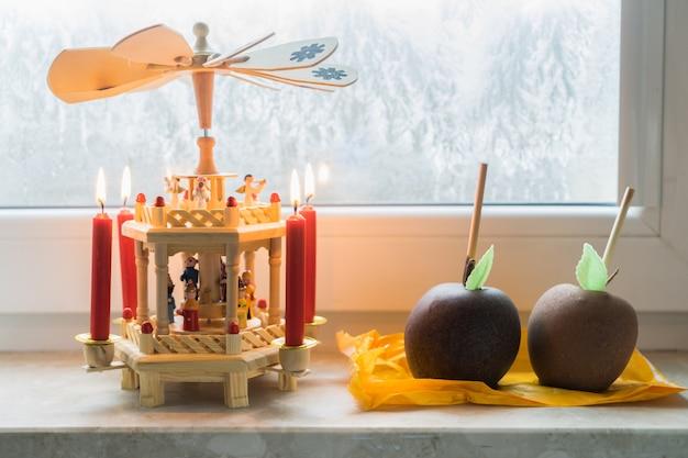 Niemiecka świąteczna drewniana piramida z przeszklonymi jabłkami