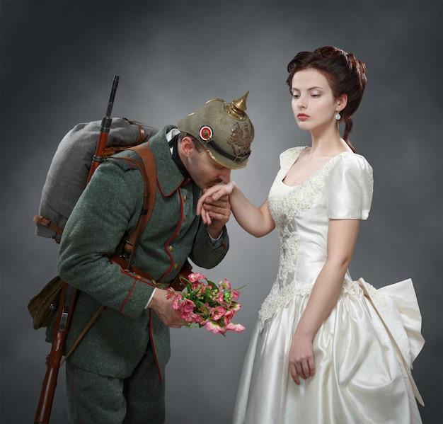 Niemiecki żołnierz całuje dłoń kobiety