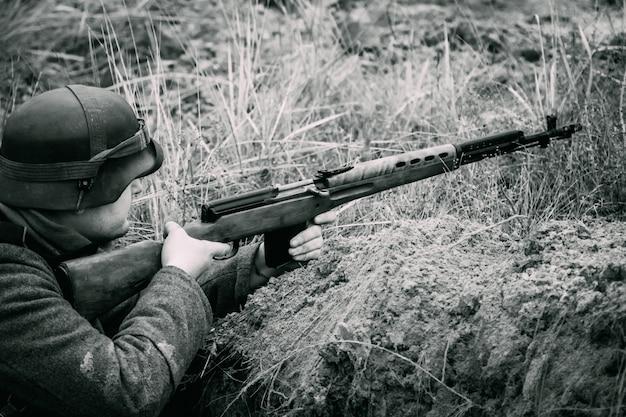 Niemiecki żołnierz ii wojny światowej w rowie z karabinem. gomel, białoruś