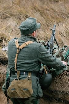 Niemiecki żołnierz w pozycji karabinu maszynowego