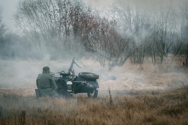 Niemiecki żołnierz wehrmacht za motocykl na defensywie. gomel, białoruś