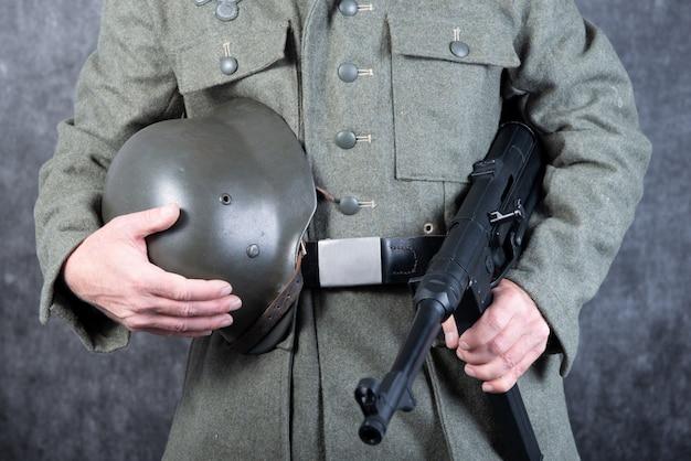 Niemiecki żołnierz z czasów drugiej wojny światowej z karabinem maszynowym i hełmem