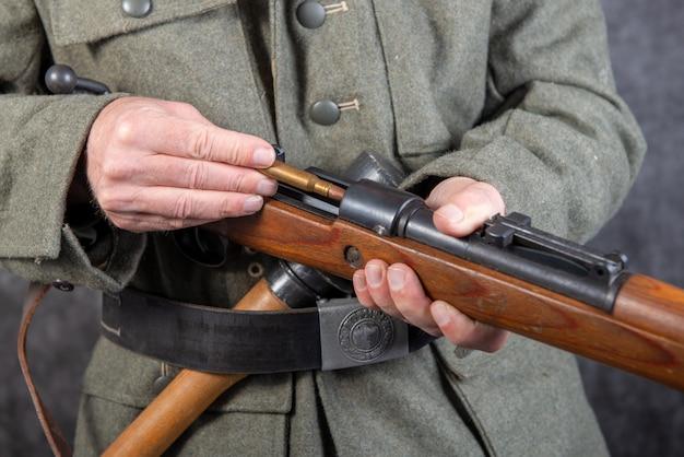 Niemiecki żołnierz z ii wojny światowej z karabinem i amunicją