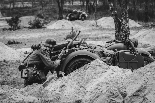 Niemiecki żołnierz z karabinem w rękach w schronisku