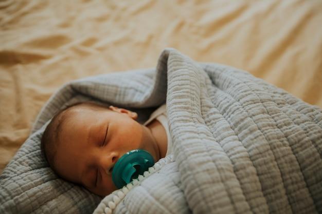 Niemowlę dziecko szybko śpi na łóżku