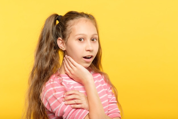 Niemym oniemiały, oniemiały zszokowany, sapiąc małą dziewczynkę. emocja wyraz twarzy i koncepcja reakcji.