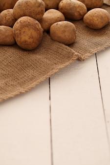 Nieociosane nieobrane ziemniaki na stole