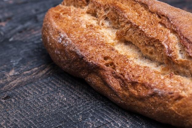 Nieociosany chleb na drewno stole