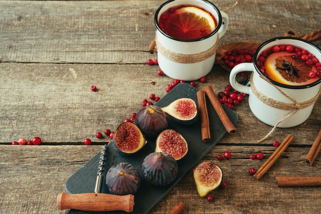 Nieociosany skład z połyskującym winem i składnikami na starym drewnianym stole
