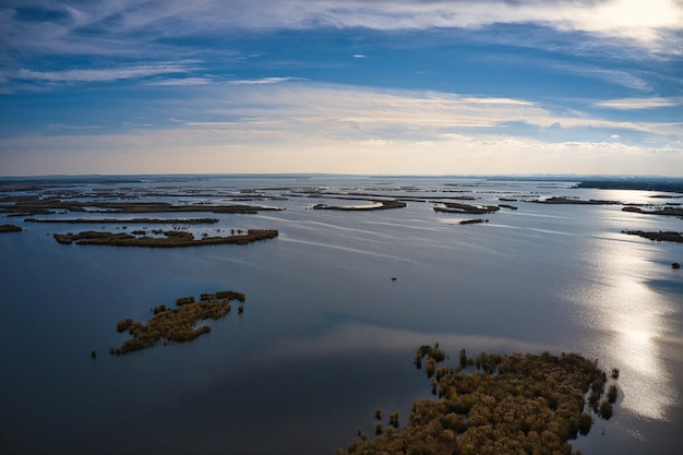 Nieodparte powodzie na rzece samara na dnieprze w wieczornym świetle