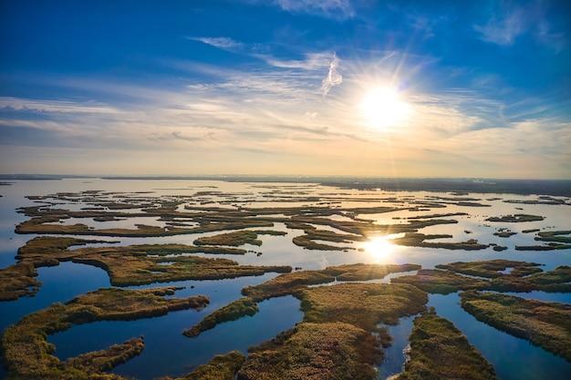 Nieodparte powodzie na rzece samara nad dnieprem na ukrainie wieczorem ciepłe jasne światło. panoramiczny strzał z lotu ptaka