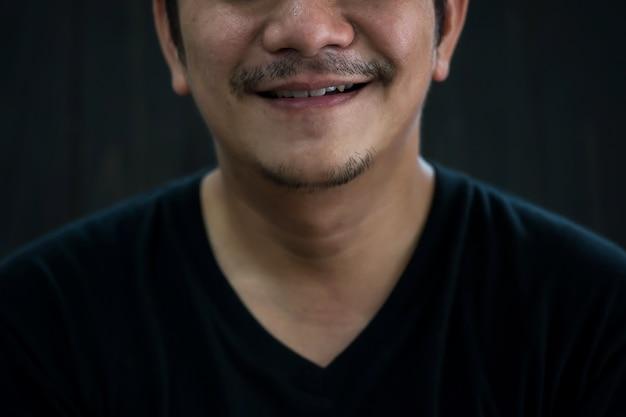 Nieogolony broda uśmiech człowieka pracy z domu