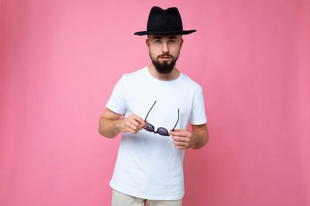 Nieogolony młody człowiek z brodą na sobie dorywczo białą koszulkę