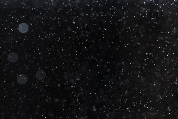 Nieostre nocne niebo pełne gwiazd