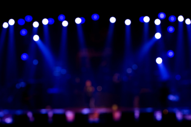 Nieostre oświetlenie koncertu rozrywkowego na scenie
