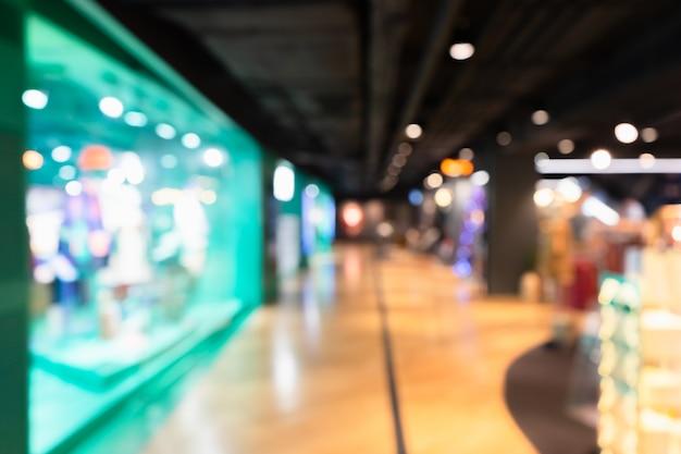 Nieostre piękne wnętrze centrum handlowego