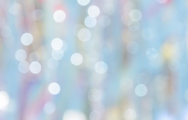 Nieostre światła abstrakcyjne bokeh na niebieskim pastelowym tle