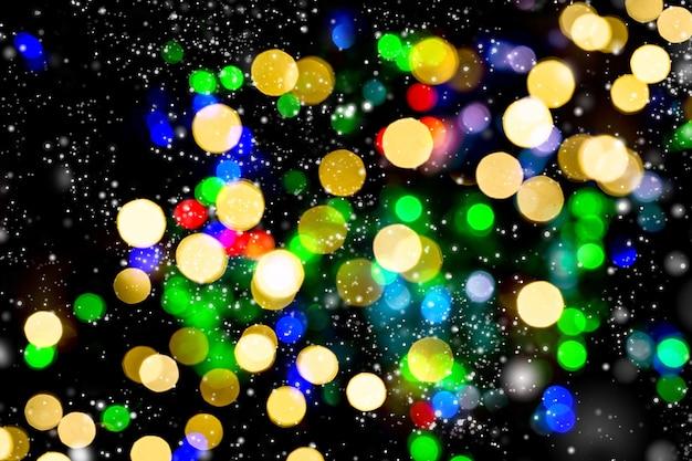 Nieostre światła dekoracje świąteczne ze śniegiem. abstrakcyjne tło