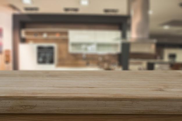 Nieostrość drewnianego blatu na tle rozmytego wnętrza domu