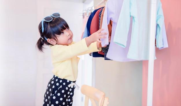 Nieostrość dwóch lat wybór sukienki
