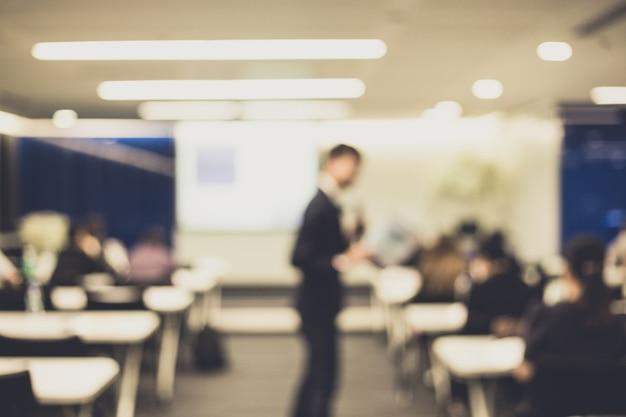 Nieostrość głośnika dając talk na korporacyjnej konferencji biznesowej.