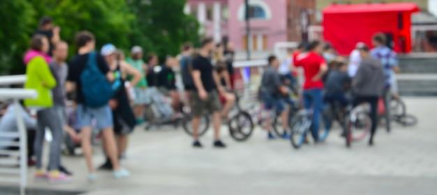 Nieostry obraz wielu ludzi z rowerami bmx. spotkanie fanów sportów ekstremalnych