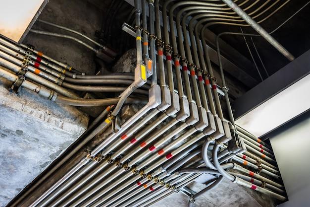 Nieparzyste kąty przewodów elektrycznych uchwycone w czerni i bieli. podjęte w budynku przemysłowym