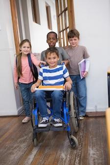 Niepełnosprawny uczeń z jego przyjaciółmi w klasie