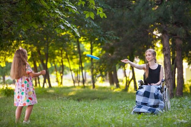 Niepełnosprawna dziewczyna gra w badmintona.