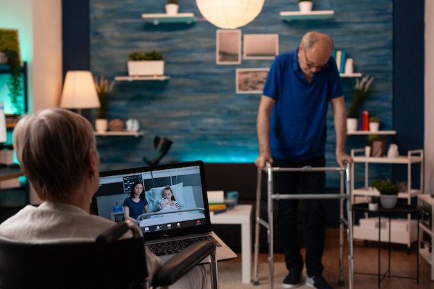 Niepełnosprawna kobieta używająca laptopa do rozmów wideo online