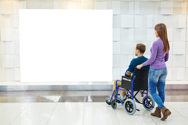 Niepełnosprawni kontemplujący w centrum handlowym