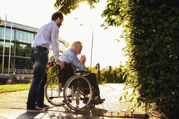 Niepełnosprawni na wózku inwalidzkim. krewni szczęśliwi razem.