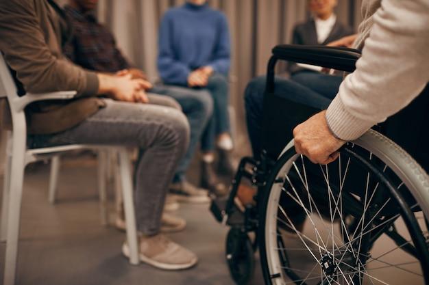 Niepełnosprawny mężczyzna na spotkaniu