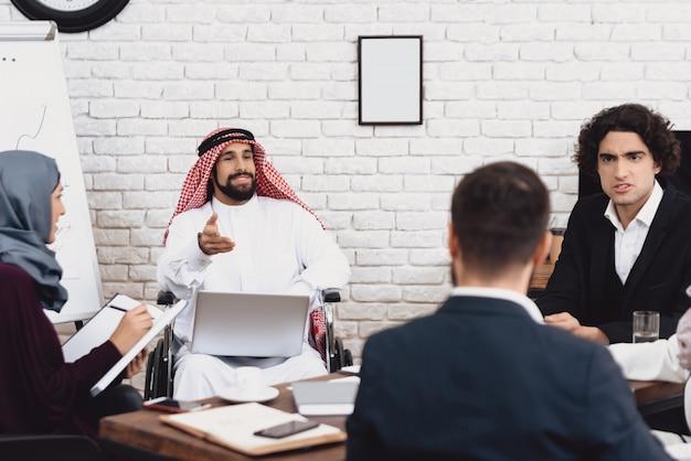 Niepełnosprawny mężczyzna z arabii saudyjskiej mówi o spotkaniu biznesowym.