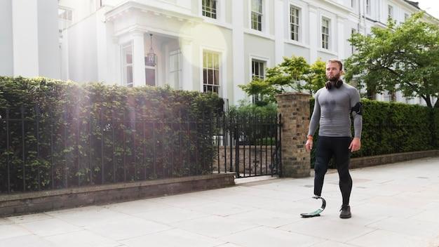 Niepełnosprawny mężczyzna z pełnym ujęciem protezy