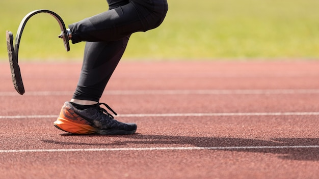 Niepełnosprawny sportowiec biegający z bliska