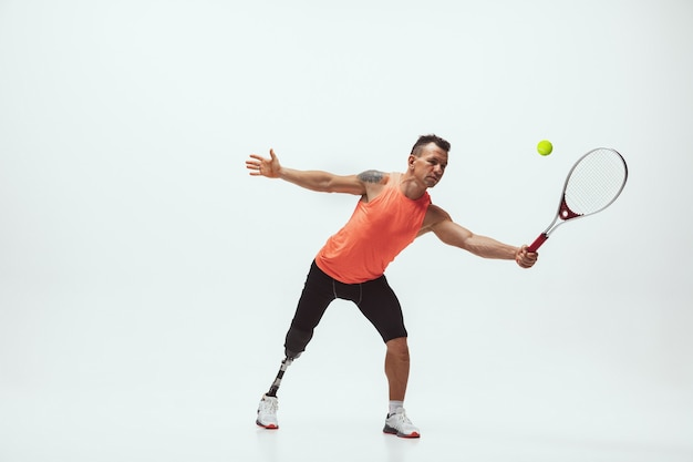 Niepełnosprawny sportowiec na białym tle, tenisista
