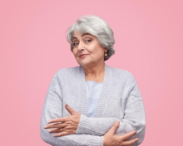 Niepewna starsza kobieta, patrząc z przodu
