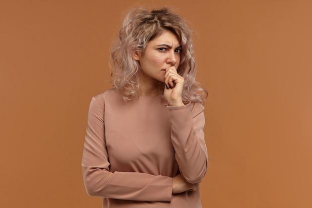 Niepewna zdezorientowana studentka o różowawych włosach, która ma wątpliwości co do egzaminów, nie jest w pełni przygotowana.
