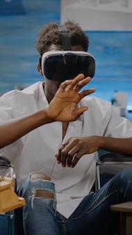 Nieprawidłowa osoba z afroamerykanów używająca gogli vr do dzieł sztuki