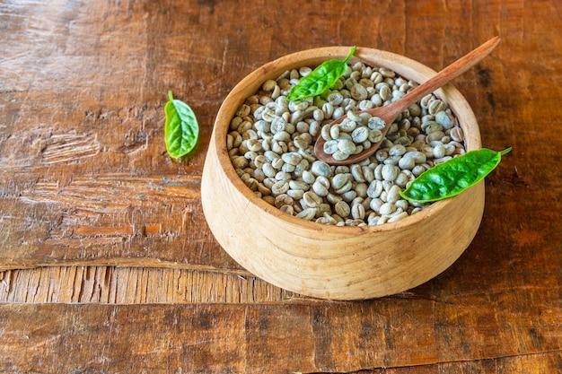 Nieprażone zielone ziarna kawy w drewnianej misce